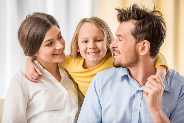 Portrait d'heureux jeunes parents avec leur fille enfant.