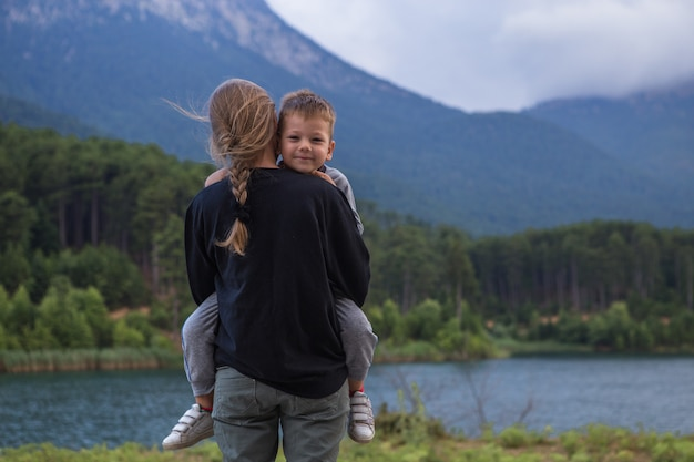 Portrait, de, heureux, mère, et, sien, petit fils, garçon, étreindre, sien, maman, mather's day, concept
