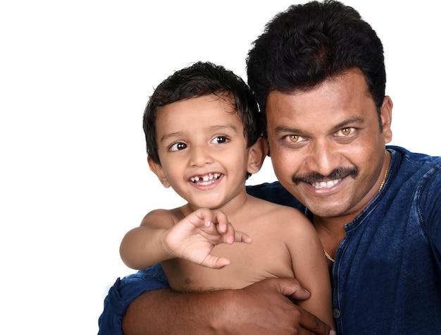 Portrait de l'heureux père et fils sur fond blanc