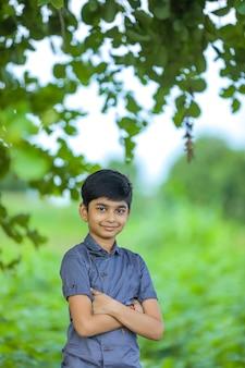 Portrait de l'heureux petit garçon indien / asiatique