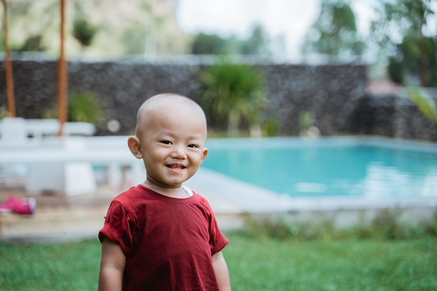 Portrait heureux petit garçon photo dans une piscine