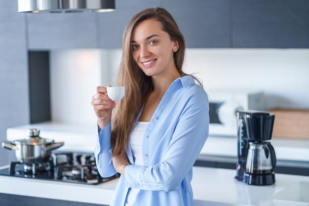 Portrait, de, heureux, séduisant, femme, boire, et, apprécier, chaud, frais, aromatique, café, après, brassage, café, utilisation, cafetière, dans cuisine, chez soi