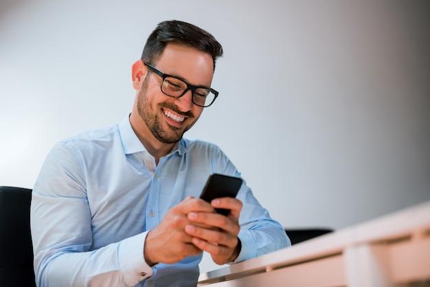 Portrait, de, a, heureux, sourire, homme affaires, dans lunettes, utilisation