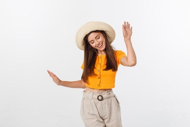 Portrait de hipster cool de jeune adolescente élégante montrant ses mains, humeur positive et émotions, voyage seul. isolé sur gris