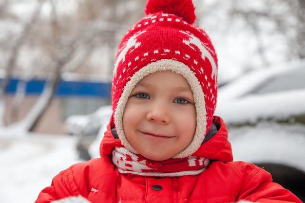 Portrait d'hiver du petit garçon dans des vêtements chauds