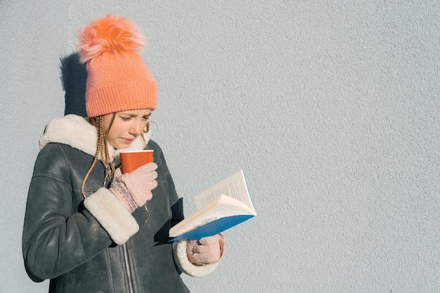 Portrait d'hiver d'étudiant jeune adolescente