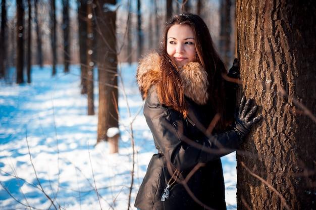 Portrait d'hiver d'une fille par temps froid.