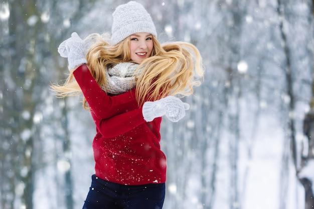 Portrait d'hiver jeune adolescente. beauty joyful model girl rire et s'amuser à winter park