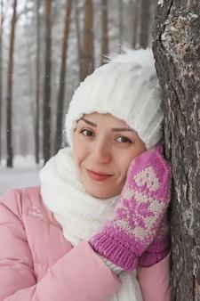 Portrait d'hiver de jeune femme dans la forêt enneigée
