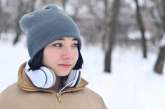 Portrait d'hiver de jeune fille avec un casque