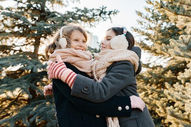 Portrait d'hiver en plein air de deux petites filles