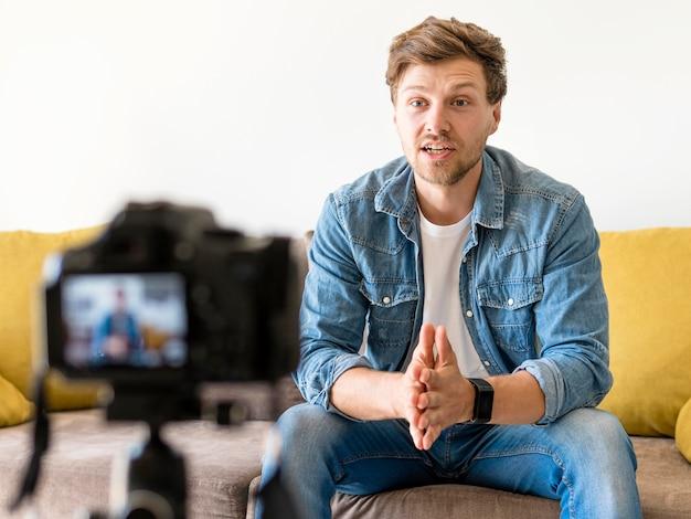 Portrait d'un homme adulte enregistrant pour un blog personnel
