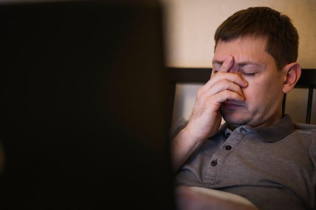 Portrait d'homme adulte fatigué du travail