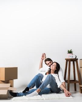 Portrait d'homme adulte et femme ensemble à la maison