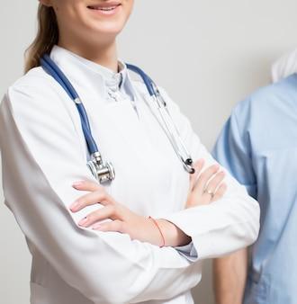 Portrait homme adulte médical cherche bonheur
