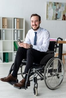 Portrait d'un homme adulte positif au bureau