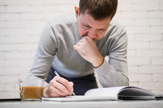 Portrait d'homme adulte, prendre des notes de travail