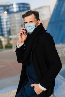 Portrait d'homme adulte en quarantaine de grippe. photo dans la rue de la ville