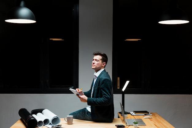 Portrait d'un homme adulte travaillant sur un projet d'entreprise