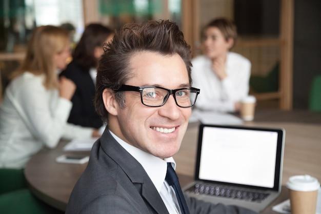 Portrait d'homme d'affaires d'âge moyen posant en regardant caméra