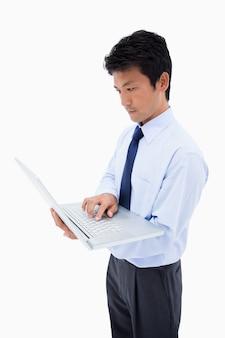 Portrait d'un homme d'affaires à l'aide d'un ordinateur portable