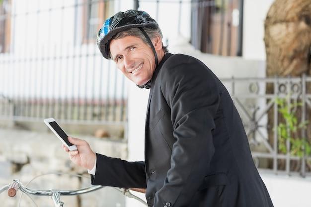Portrait d'homme d'affaires à l'aide de smartphone