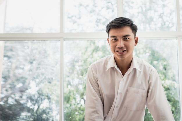 Portrait, de, homme affaires asiatique attrayant, ou, étudiant, personne positive, à, heureux, sourire