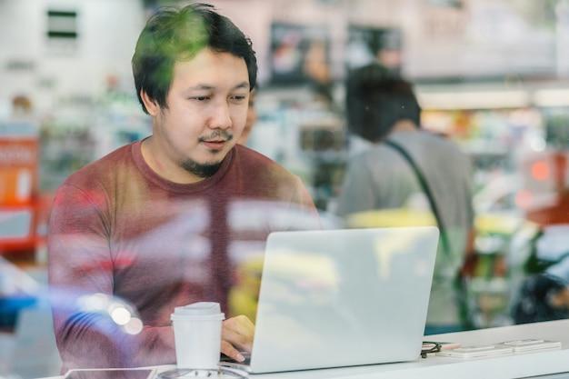 Portrait d'homme d'affaires asiatique en costume décontracté utilisant un ordinateur portable de la technologie pour travailler à happin