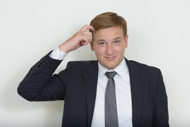 Portrait d'homme d'affaires aux cheveux blonds portant costume