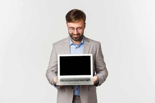 Portrait d'homme d'affaires barbu attrayant et lunettes