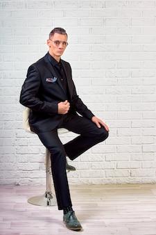 Portrait d'un homme d'affaires beau élégant sur blanc