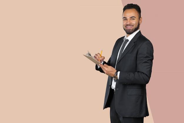 Portrait d'un homme d'affaires beau homme noir tenant un presse-papiers