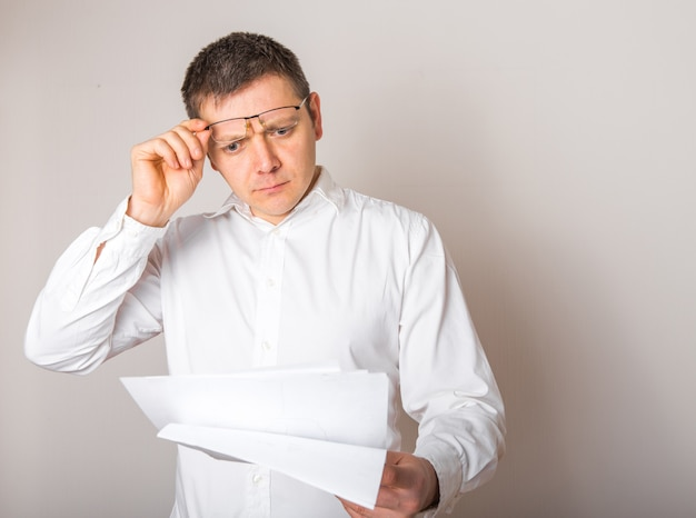 Portrait d'homme d'affaires caucasien drôle choqué surpris avec la bouche ouverte pour voir le rapport financier, le concept de mauvaises nouvelles