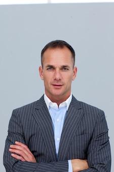 Portrait d'homme d'affaires confiant avec les bras croisés