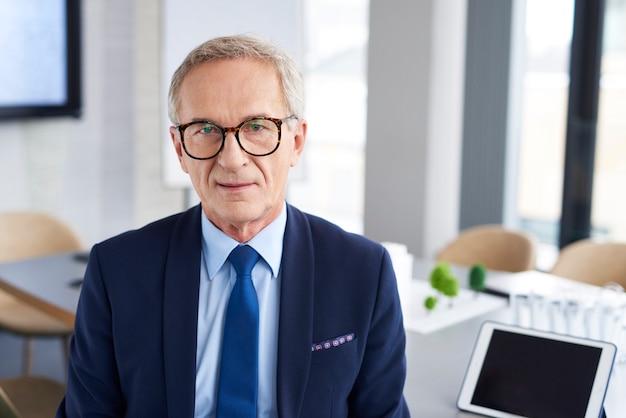 Portrait d'homme d'affaires confiant dans la salle de conférence