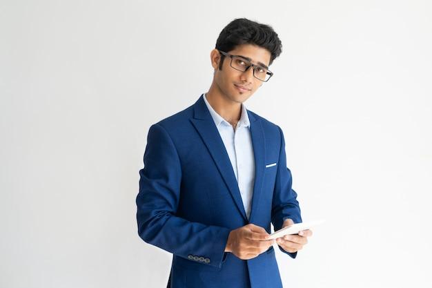 Portrait d'homme d'affaires confiant dans des verres avec smartphone.