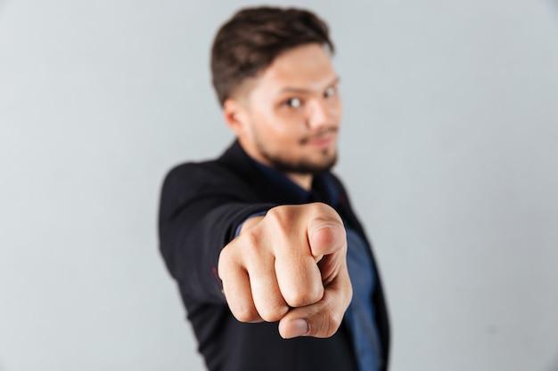 Portrait d'un homme d'affaires confiant pointant