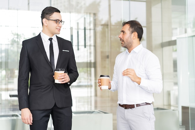 Portrait d'homme d'affaires confiant réunion à la pause café