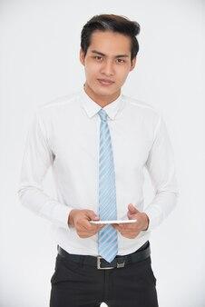 Portrait d'homme d'affaires confiant tenant le pavé tactile