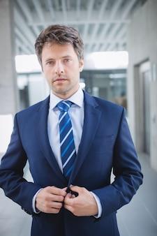 Portrait d'un homme d'affaires confiant