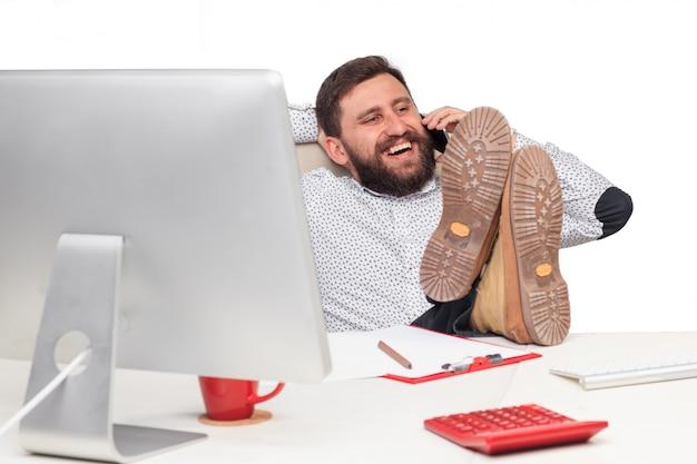 Portrait, homme affaires, conversation, mobile, téléphone, bureau