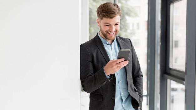 Portrait, homme affaires, conversation téléphone