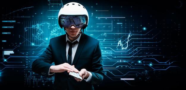 Portrait d'un homme d'affaires en costume et casque d'aviateur. il tient devant lui une liasse de billets de cent dollars