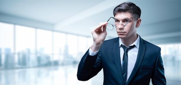 Portrait d'un homme d'affaires dans un bureau de gratte-ciel.