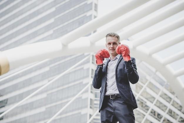 Portrait d'homme d'affaires dans les gants de boxe