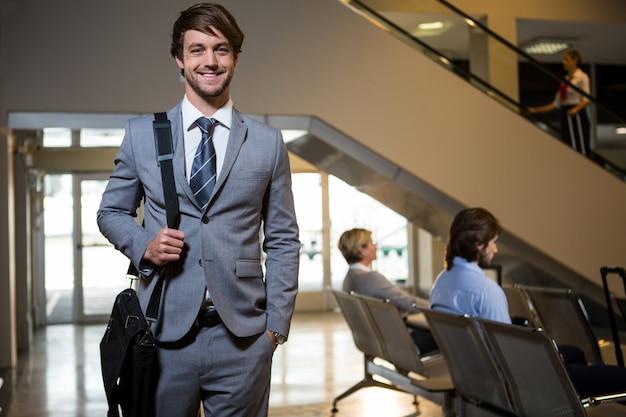 Portrait, homme affaires, debout, attente, secteur