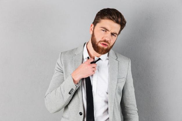 Portrait d'un homme d'affaires décontracté habillé en costume
