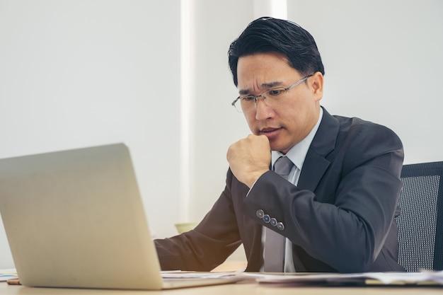 Portrait homme d'affaires déprimé en travaillant dans le bureau