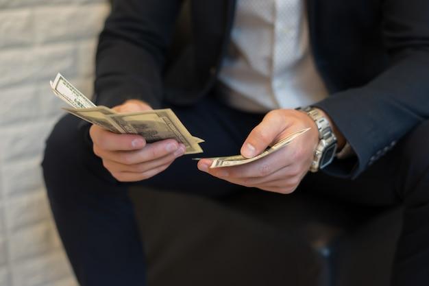 Portrait d'un homme d'affaires détenant de l'argent et de le compter