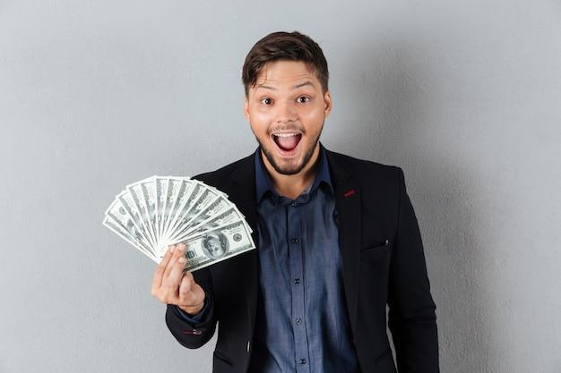 Portrait d'un homme d'affaires excité